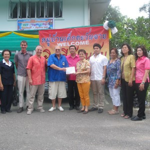 President Lion Peter Wesche is handing over the donation of THB 300,000.- to Dr.Supaluck. The Phuket Governor and other respectable guest were witnessing the handover.